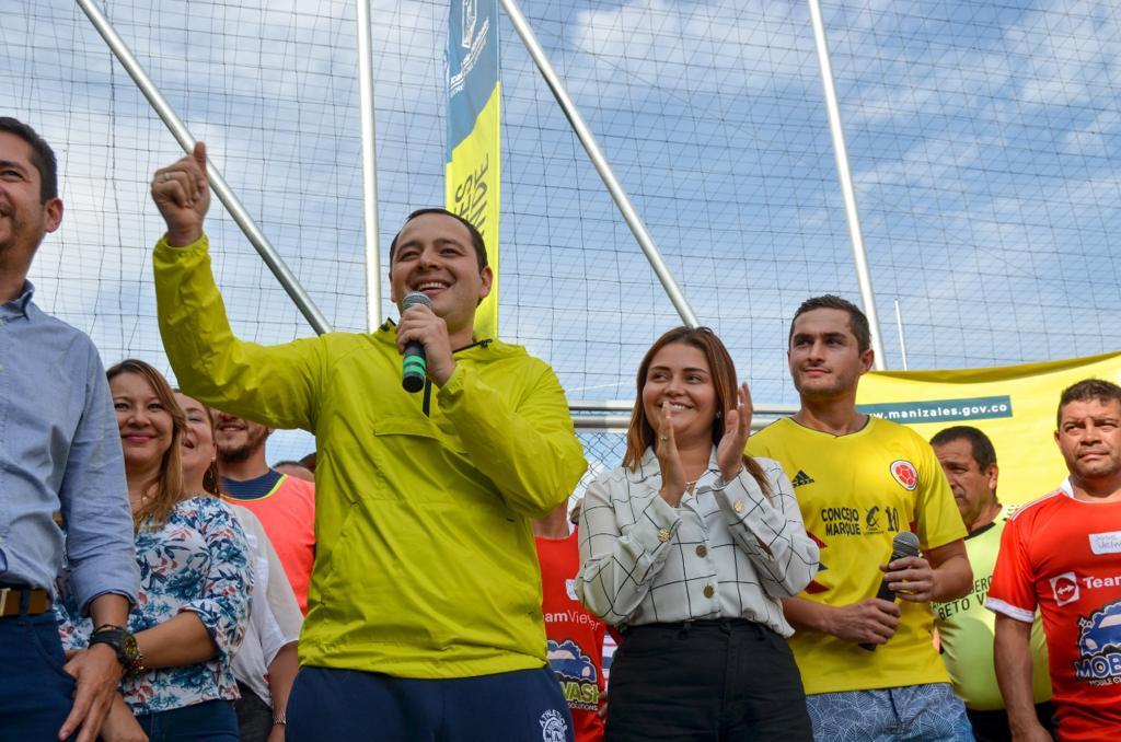 El alcalde Carlos Mario Marín Correa inauguró hoy la primera cancha sintética de la zona rural de Manizales. Lo hizo con un partido de fútbol en el que participaron miembros del Gabinete Municipal y habitantes de la vereda